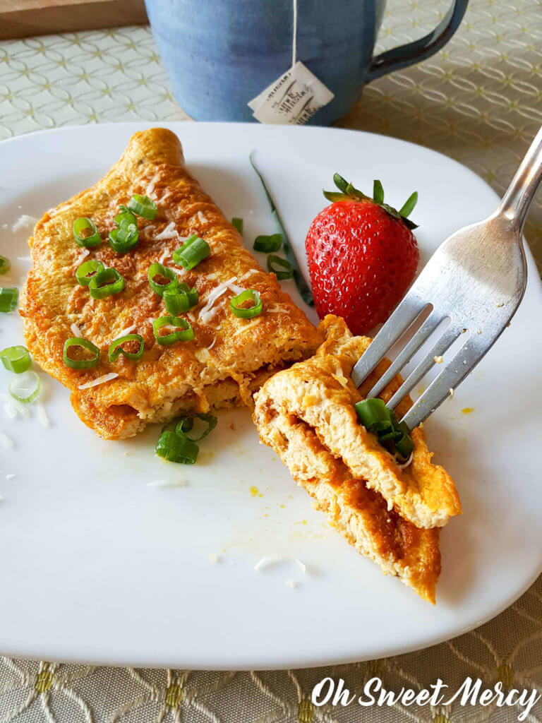 Jazz up that boring old Egg White Omelette with these easy and healthy ingredients. #thm #fuelpull #eggs #recipes #lowfat #lowcarb