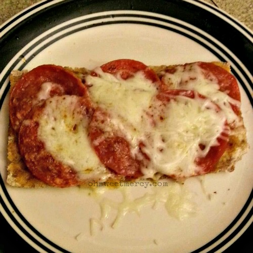 Easy Wasa Pizza Two Ways THM Style | Oh Sweet Mercy #recipes #THM #pizza #easy #ohsweetmercy