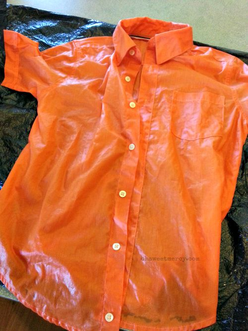 How to Dye a Shirt in a Mason Jar | Oh Sweet Mercy #easy #diy #projects #fabricdying #masonjars #ohsweetmercy